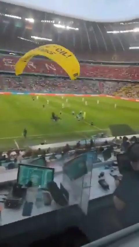 Paracaidista de Greenpeace lesiona a espectadores en la Euro
