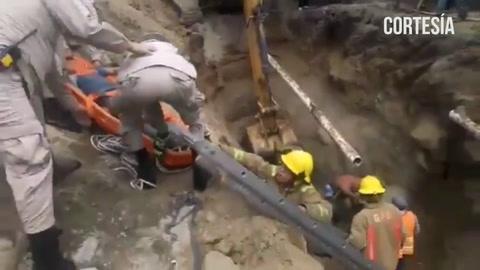 Momento en que bomberos rescatan a 3 obreros que resultaron soterrados en una excavación