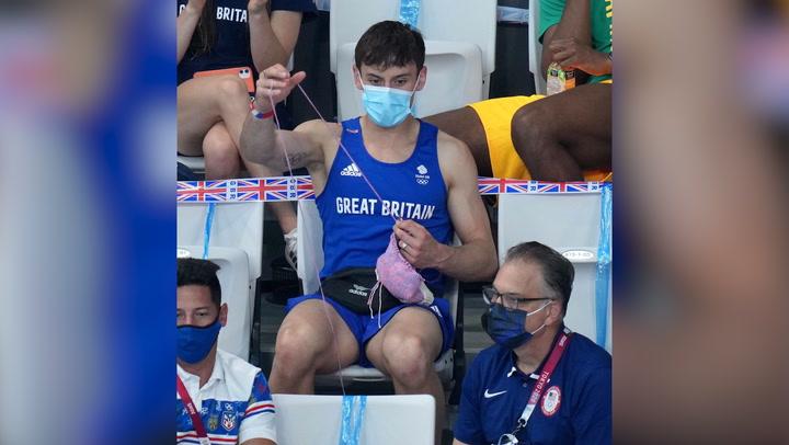 ¡Del trampolín a las agujas de tejer! El campeón olímpico Tom Daley se hace viral mostrando su faceta más desconocida
