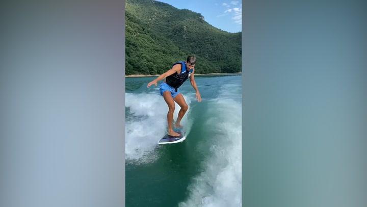 ¡Piqué practica wakesurfing en el Pantano de Sau!