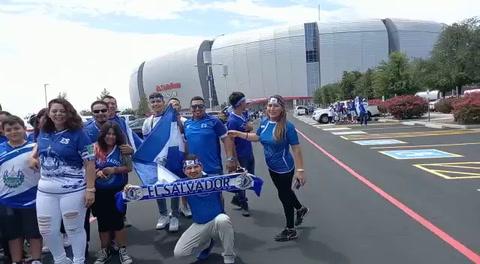 Aficionados de El Salvador le van a Honduras en el partido ante México