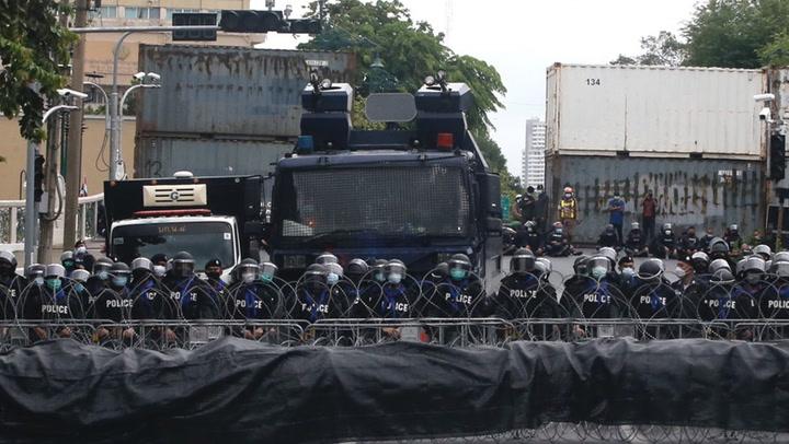จีโน่มาแล้ว.. ตำรวจคุมฝูงชน ตั้งแถวเตรียมพร้อมรับมือม็อบที่สะพานชมัยมรุเชฐ