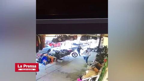 Cámara capta a sujeto cuando tirotea y roba mochila a su víctima