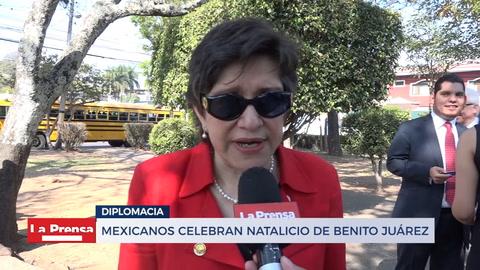 Mexicanos celebran Natalicio de Benito Juárez