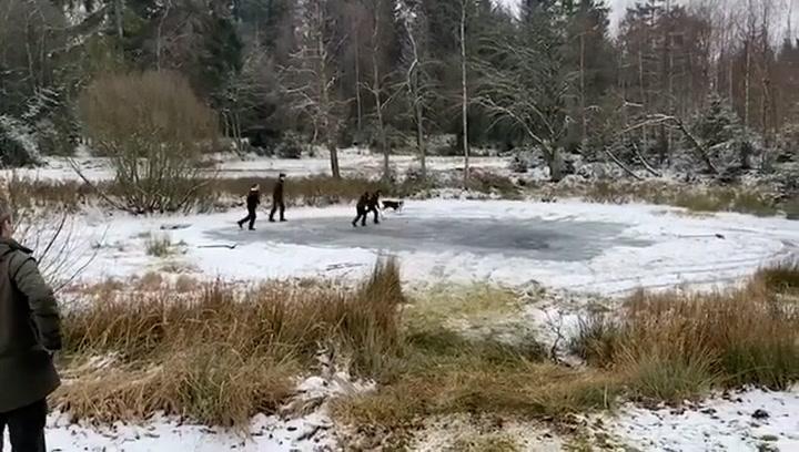 Los hijos de Federico y Mary de Dinamarca se divierten jugando al hockey ¡en un lago helado!