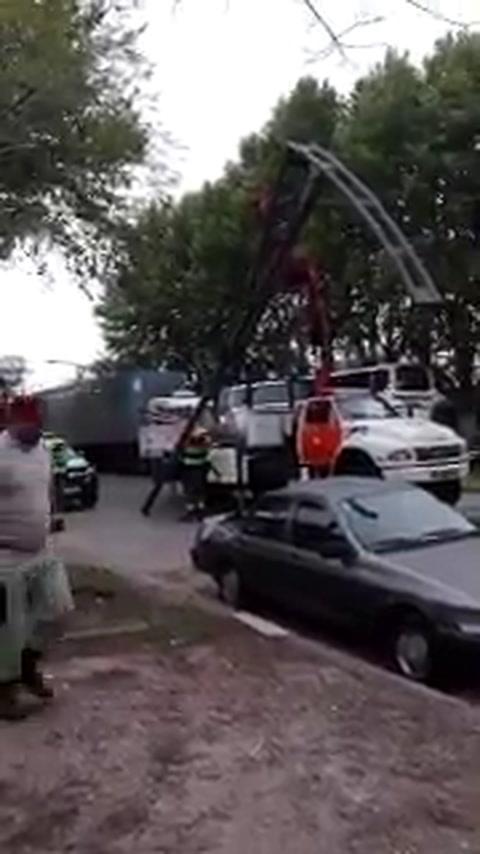 Una columna de alumbrado público se desplomó y causó daños en dos vehículos