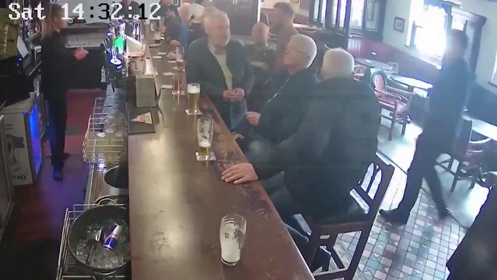 Brutal puñetazo de McGregor a un pensionista que rechazó una bebida gratis