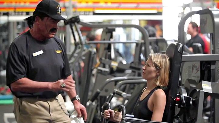 Se Arnold Schwarzenegger gå «undercover» på treningsstudioet