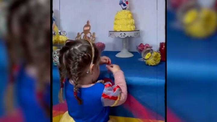 Las simpáticas imágenes de Carlota \'Frozen\', la hija de Irene Rosales, chapurreando una canción en inglés