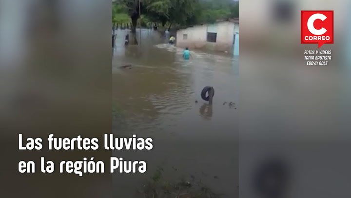 Pobladores cruzan quebrada sobre una carretilla por inundaciones en Piura