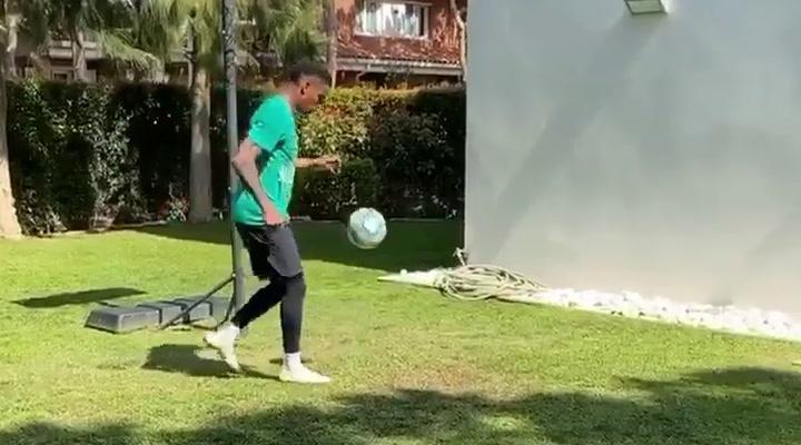 Junior Firpo entrena duro en su jardín durante el confinamiento