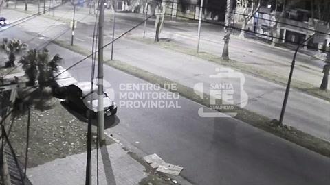 El impactante choque de un auto contra un semáforo en zona norte