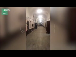 El momento en que se derrumba el techo de una universidad de Rusia
