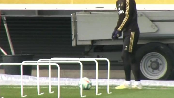 Gareth Bale bromea con el balón como si jugara a golf
