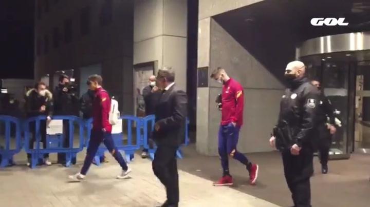 Piqué sale por su propio pie del hotel de concentración del Barça