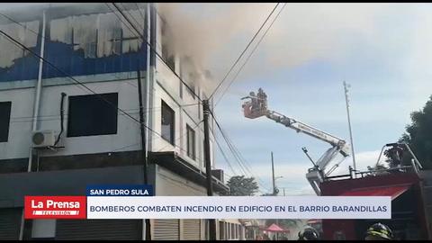 Bomberos combaten incendio en edificio en el barrio Barandillas