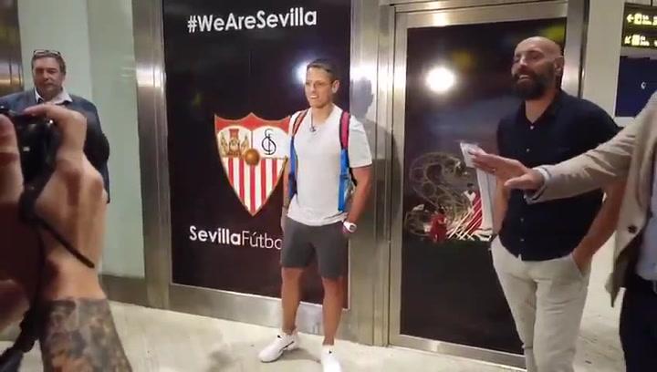 Chicharito ya está en Sevilla