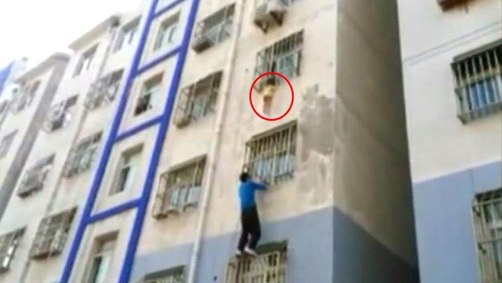 Liang klatrer tre etasjer for å redde den vettskremte gutten