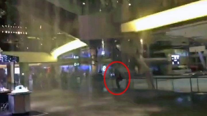 Mann nesten knust under haglstorm inne på kjøpesenter