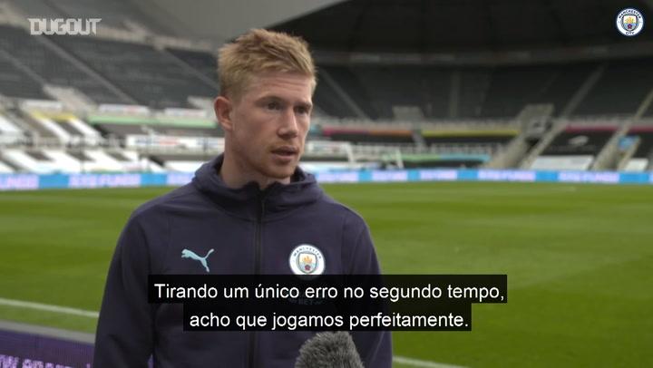"""Técnico do Newcastle """"invade"""" entrevista e brinca com De Bruyne: """"vai jogar aqui"""""""