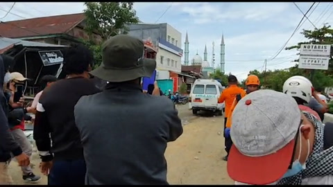 Rescatados una decena de supervivientes tras sismo en Indonesia