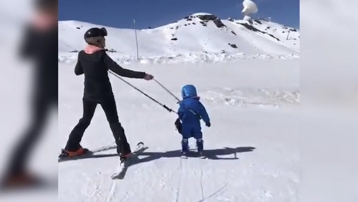 Lourdes Montes, muy orgullosa de cómo se desenvuelve en la nieve su pequeño esquiador, Curro