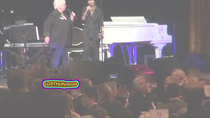 Miley Cyrus likt aan piano voor goed doel