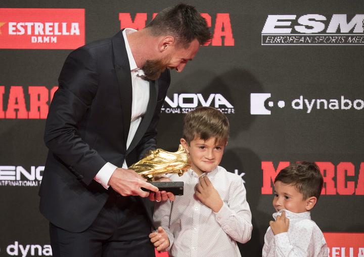 Messi recibe su sexta Bota de Oro de manos de sus hijos