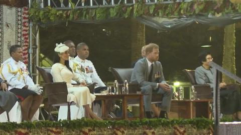 Entre faldas y kava, Enrique y Meghan visitan Fiyi