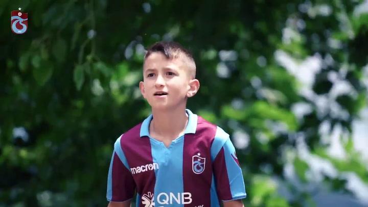El Trabzonspor emociona con su presentación de la nueva camiseta