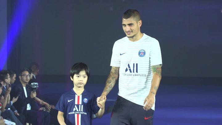 Los jugadores del PSG posan con la nueva camiseta