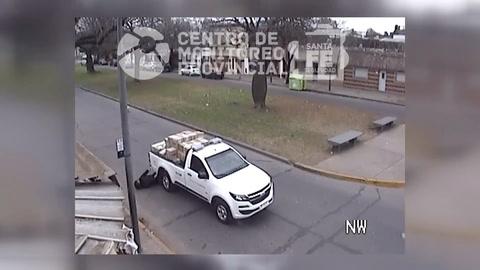 Terrible video de una mujer que se salva de morir aplastada por una camioneta