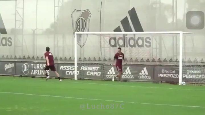 Enzo Pérez y De la Cruz, entrenando como porteros en River Plate