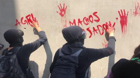 Feministas protestan en México contra candidato oficialista señalado de violación
