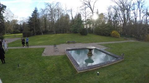 Por hacerle muecas a un dron, se cae en una fuente, sale y se vuelve a caer