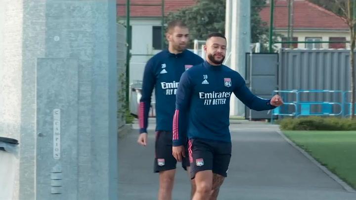 Depay durante un entrenamiento con el Olympique de Lyon
