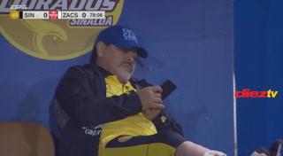 Diego Maradona usa su celular en pleno partido de Dorados