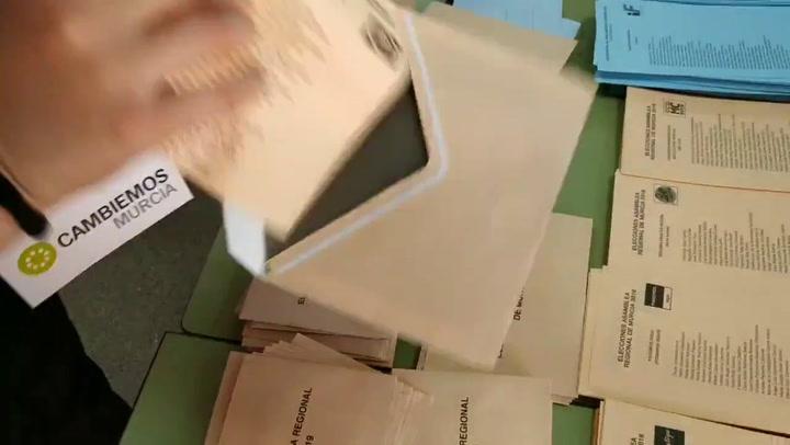 Votos ya rellenos con papeletas del PP en las mesas electorales