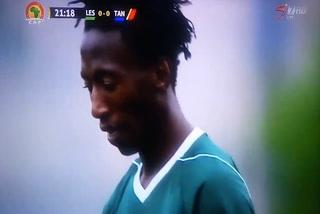 El tremendo y cómico doble fallo de un delantero durante el Lesoto - Tanzania