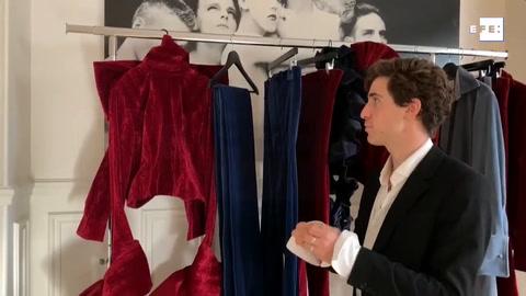 Arturo Obegero revive unas cortinas de teatro en la pasarela de París