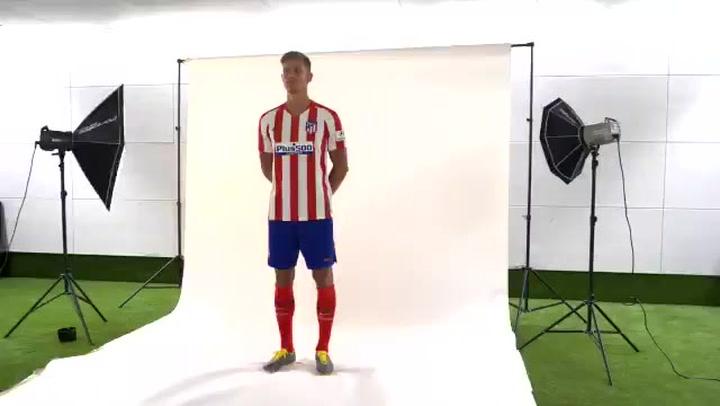 Marcos Llorente posa con su nueva camiseta