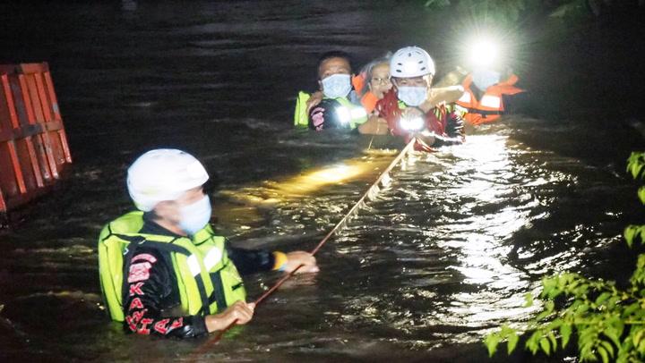 กู้ภัยเร่งอพยพคน หลังน้ำป่าเข้าท่วม 5 หมู่บ้าน กำแพงเพชร