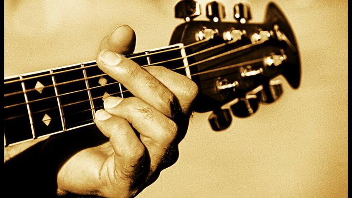 Hvordan begynne å spille gitar