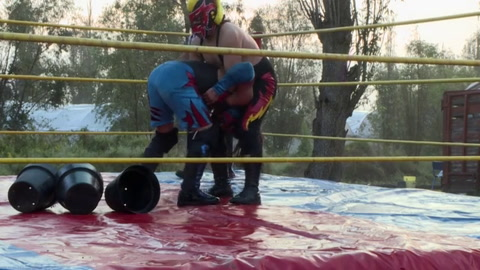 Luchadores mexicanos resisten la crisis con peleas al aire libre y por internet