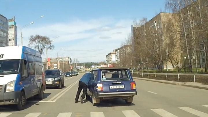Eldre mann låste bilen – så begynte den å trille