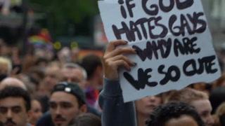 Una marcha del Orgullo Gay reúne a miles de manifestantes en París