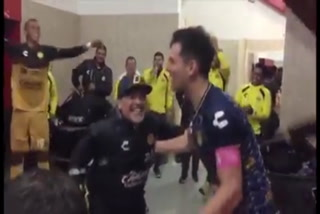 Así celebra Maradona con sus jugadores de Dorados