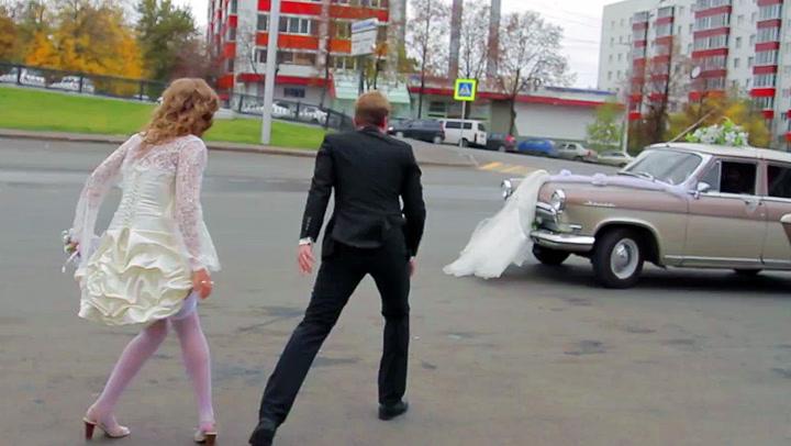 Her stikker han av med halve brudekjolen