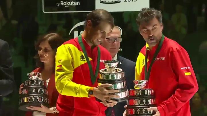 El equipo español durante la entrega de trofeos tras ganar su sexta Davis