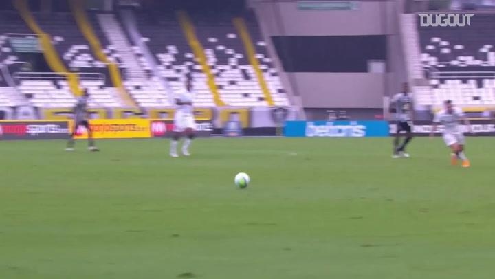 Jemerson nutmegs Pedro Raúl on his debut for Corinthians